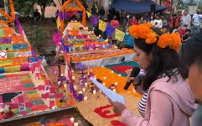 Normalistas colocan ofrendas de muertos en vías del tren en Michoacán